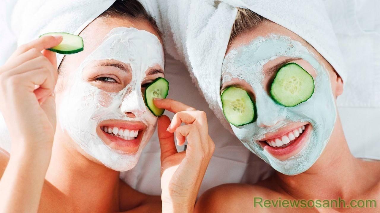 Đắp mặt nạ bằng dưa chuột để bổ sung các dưỡng chất cần thiết cho da