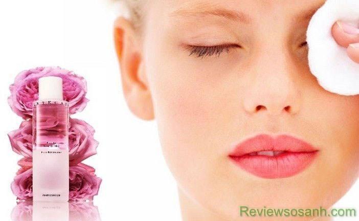 Quầng thâm không còn đáng lo ngại khi sử dụng nước hoa hồng