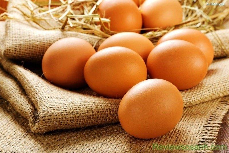 Trứng gà cung cấp chất dinh dưỡng, giúp se khít lỗ chân lông