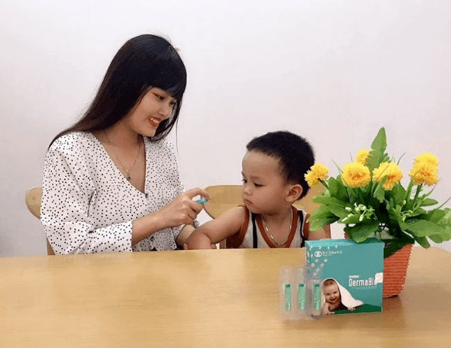 sử dụng xịt lợi khuẩn dermabio cho trẻ